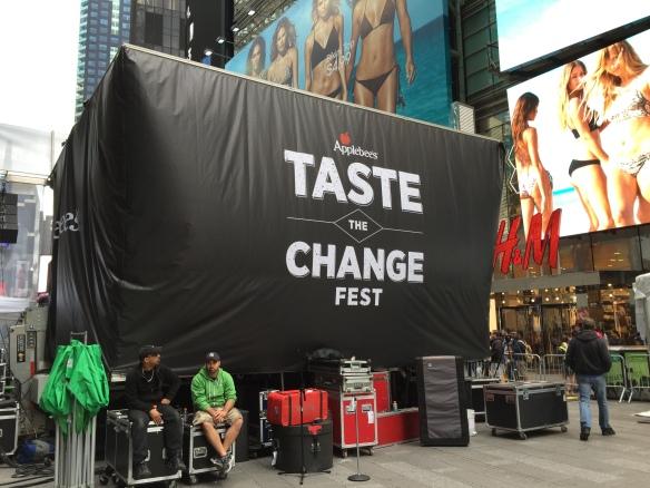 1 Applebees Time Square Takeover Taste the change Image shot by Kathleen DeCosmo Katie Shea Design VZWBuzz