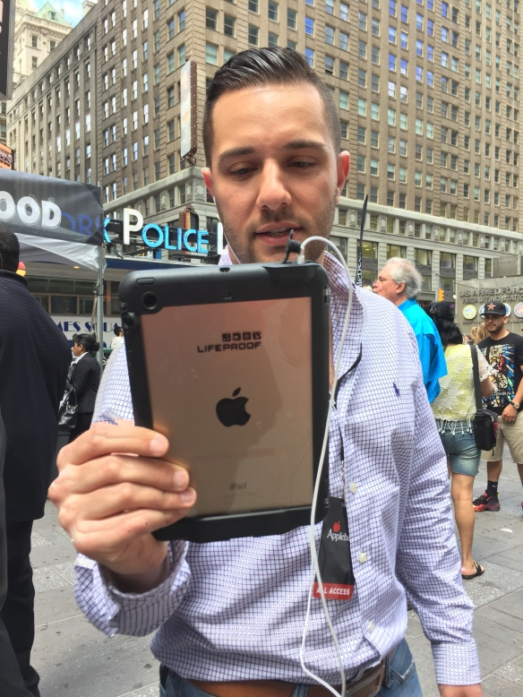 4  Applebees Time Square Takeover Taste the change Vincenzo Landino Periscope Stream  Image shot by Kathleen DeCosmo Katie Shea Design VZWBuzz